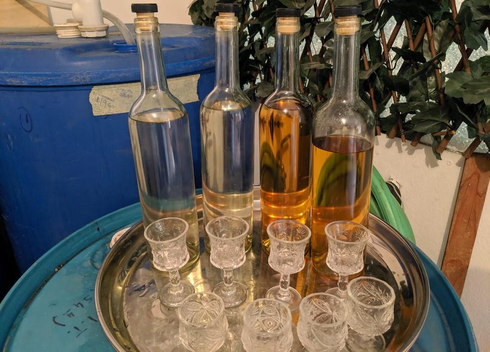 Quatre bouteilles de pisco pour la dégustation