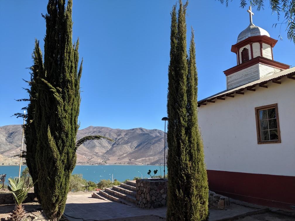 Eglise de Gualliguaica avec le lac en fond