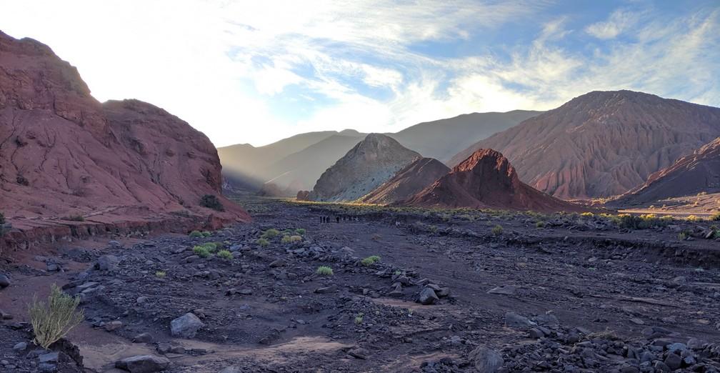 Le soleil perce à travers les montagnes de la vallée d'Arcoiris