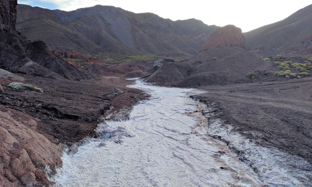 Un chemin de cristaux de sel amène au fond de la vallée d'Arcoiris
