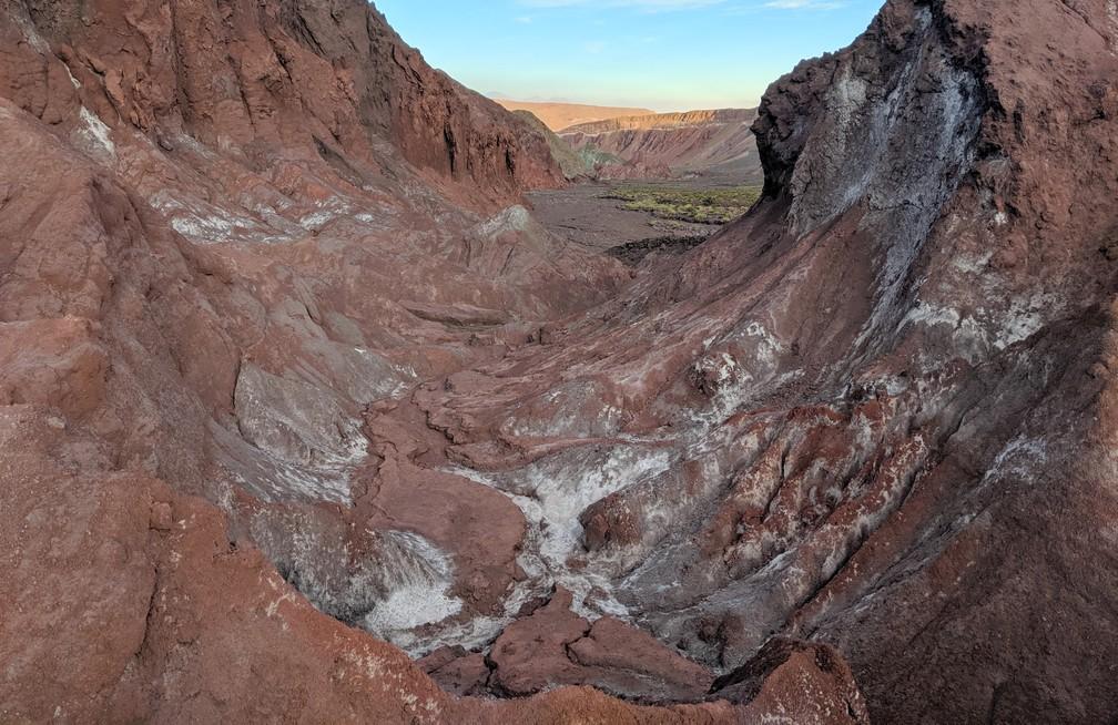 Gorge de roches rouges tachées de sel dans la vallée d'Arcoiris