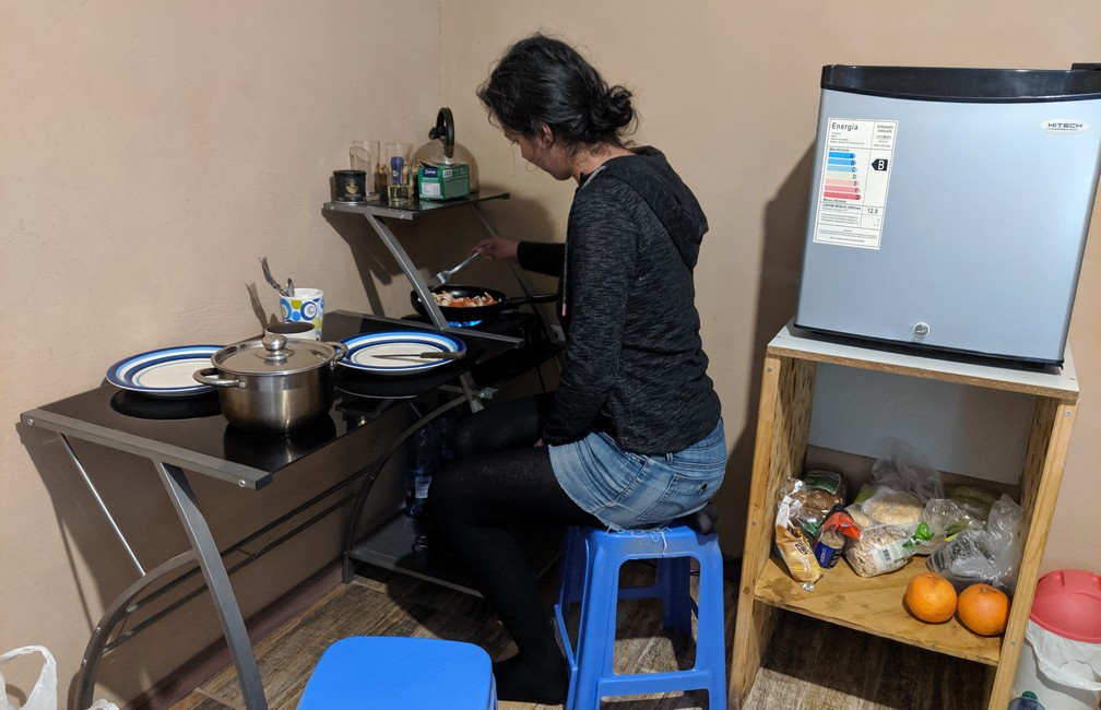 Salomé prépare le diner dans le petit coin cuisine de notre AirBnB à San Pedro de Atacama