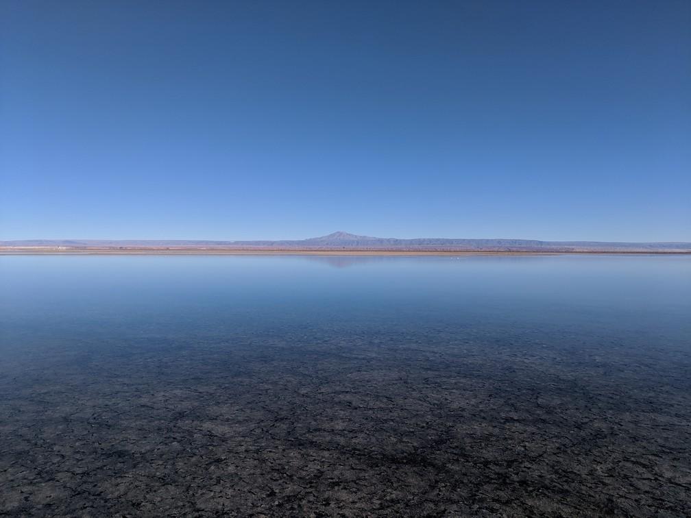 Montagne se réfléchissant dans la lagune de Chaxa