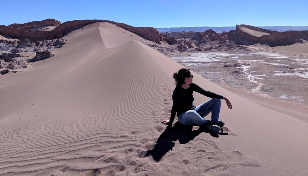 Salomé est assise sur la grande dune de la vallée de la Lune