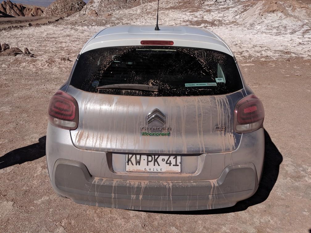 Arrière de la voiture pleine de poussière