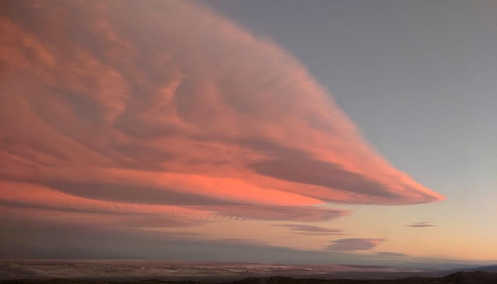 Gros nuage rose au coucher de soleil à San Pedro de Atacama