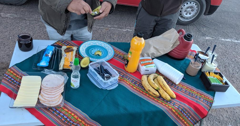 Un copieux buffet de petit déj est dressé sur une table