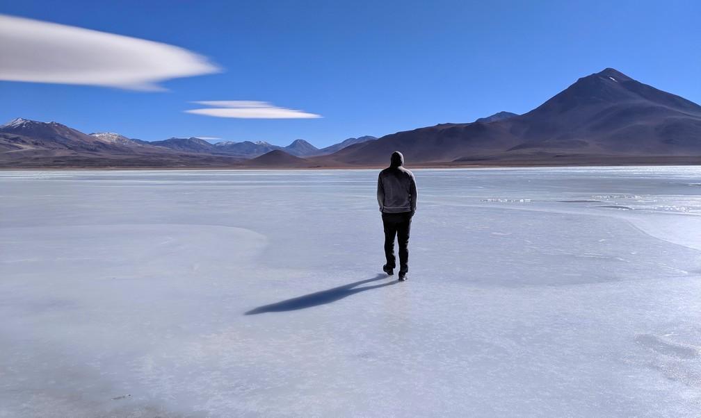 Sylvain marche sur la surface gelée de la lagune blanche près de Uyuni en Bolivie