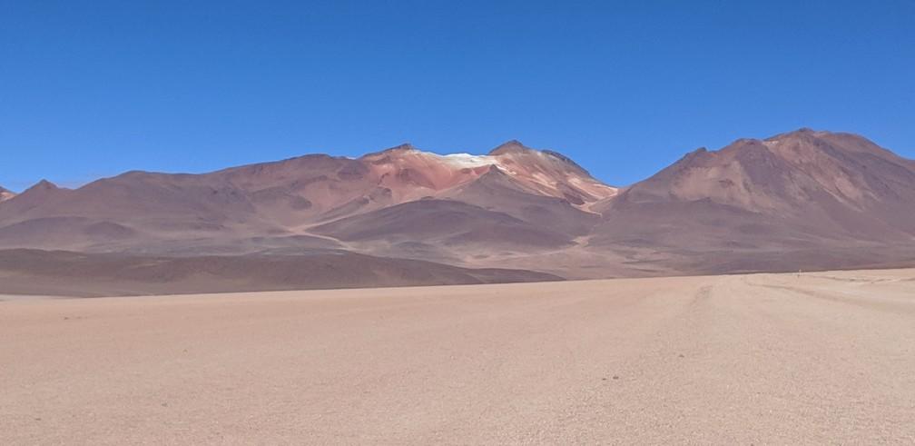 Le désert de Salvador Dali, avec des montagnes ocres au fond