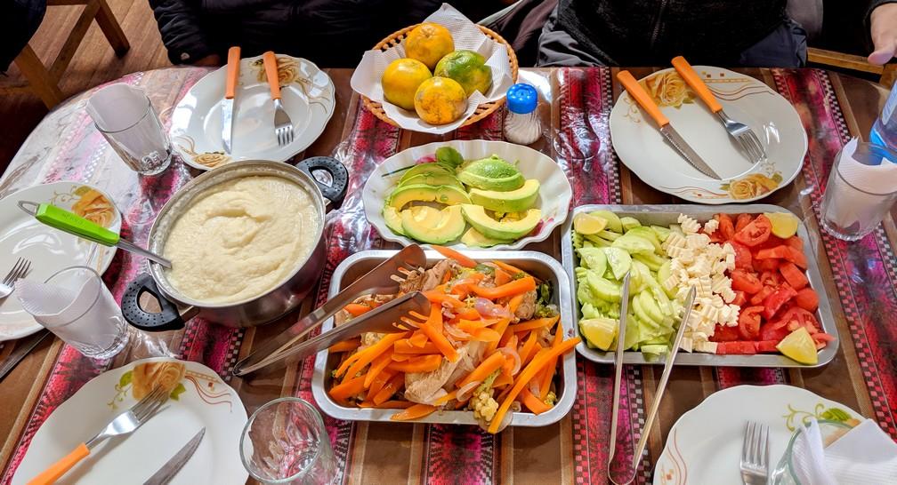 De nombreux plats sur une table pour le déjeuner au therme de Polque