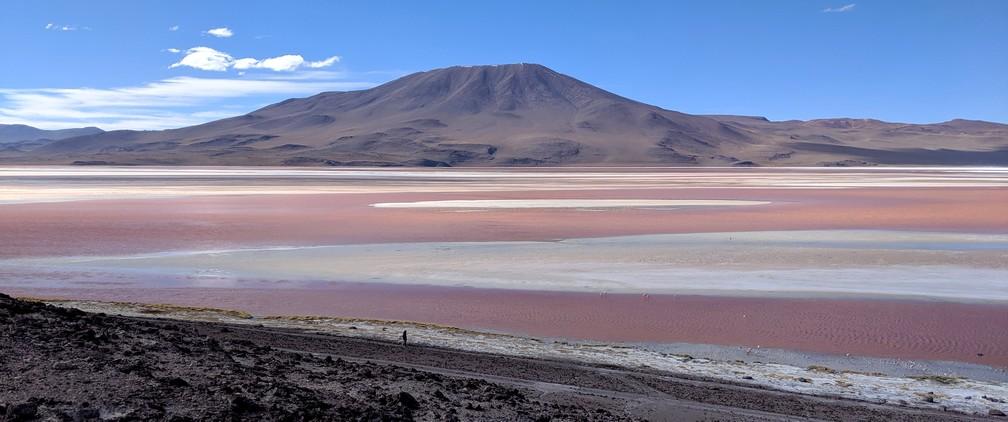 La laguna colorada devant une montagne