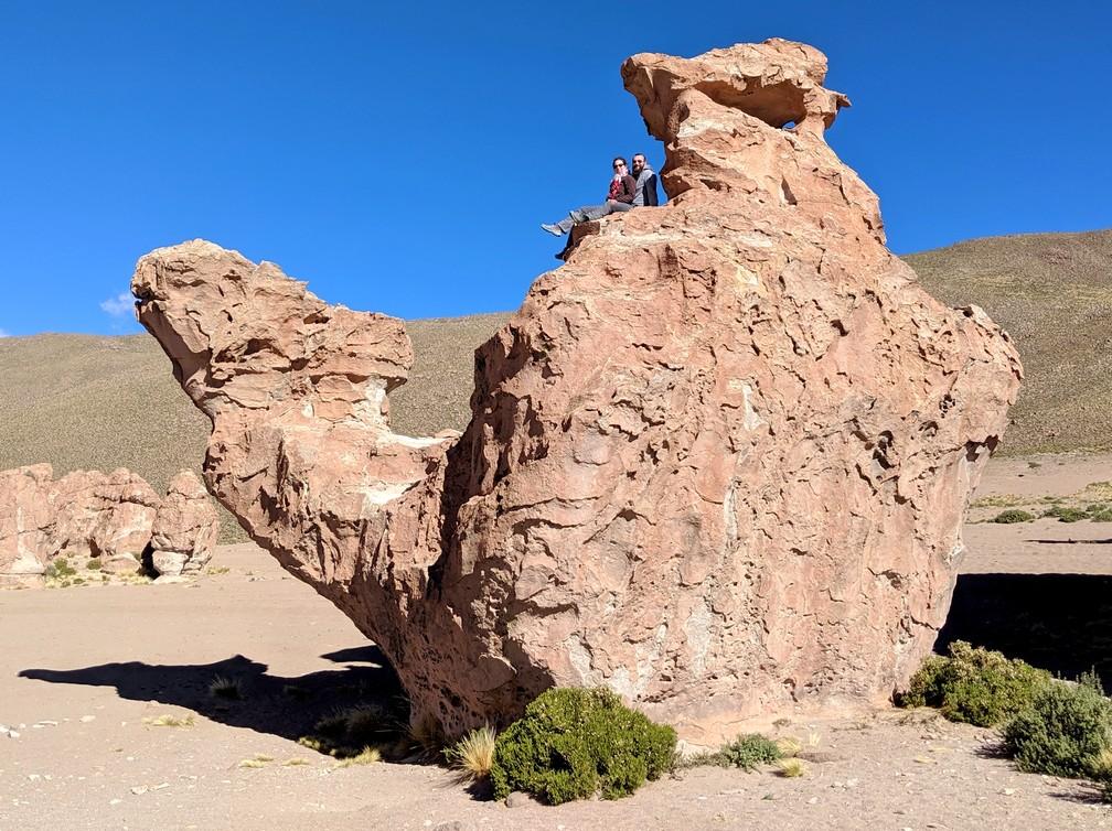 Salomé et Sylvain assis sur un gros rocher en forme de chameau