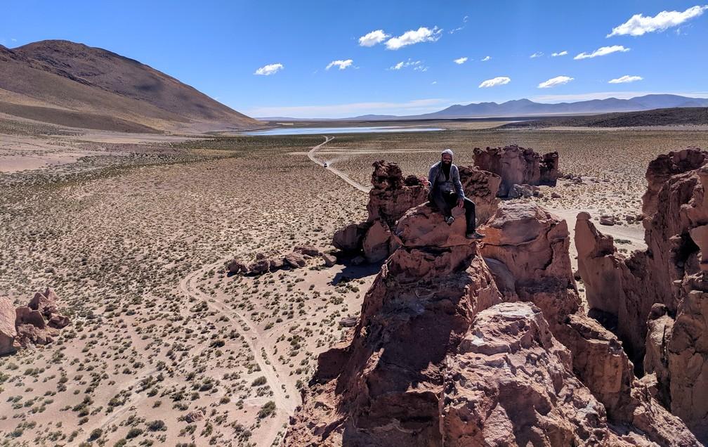 Sylvain en haut d'un grand rocher de la cité de pierre