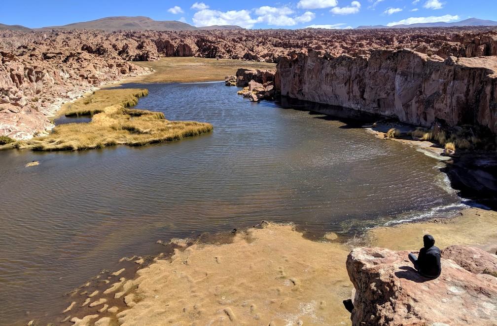 Salomé assise sur un rocher surplombant la Lagune Noire en Bolivie