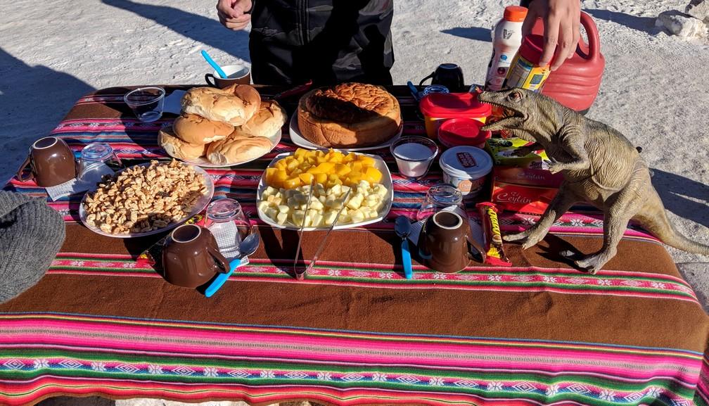 Petit déjeuner servi sur une nape colorée dans le salar d'Uyuni