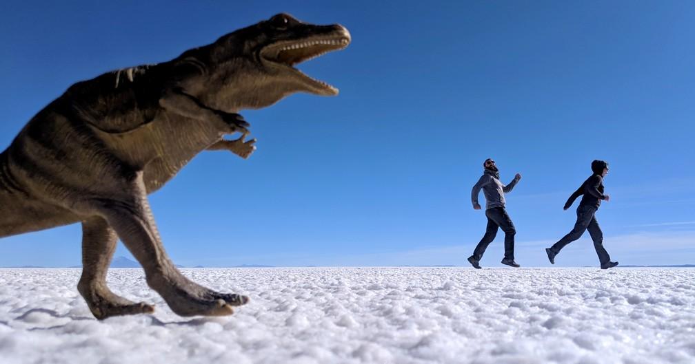 Sylvain et Salomé fuient le dinosaure dans le salar d'Uyuni