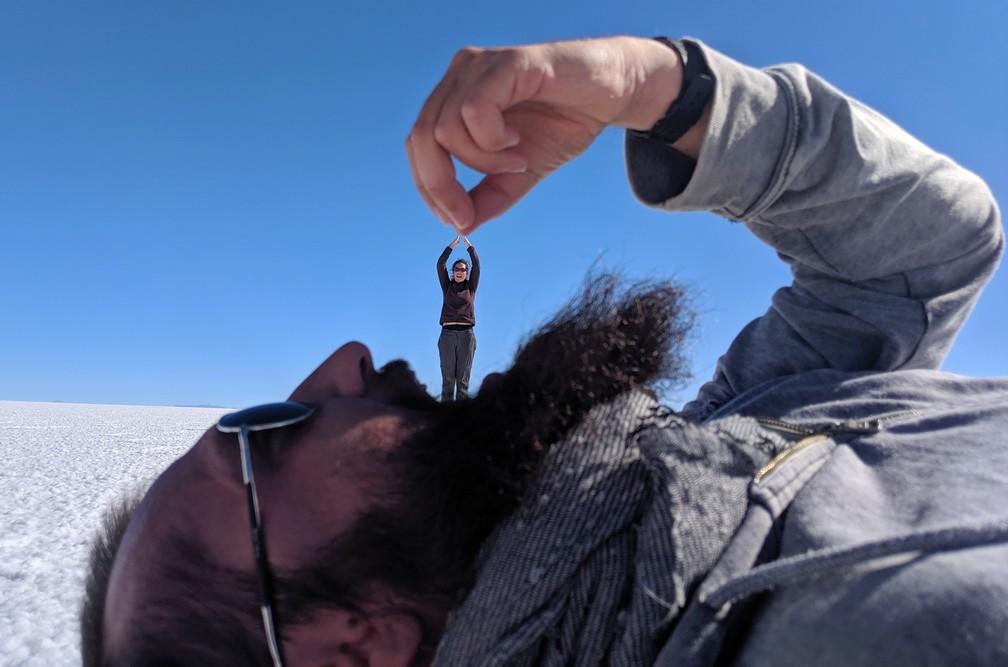 Sylvain avale Salomé dans le salar d'Uyuni