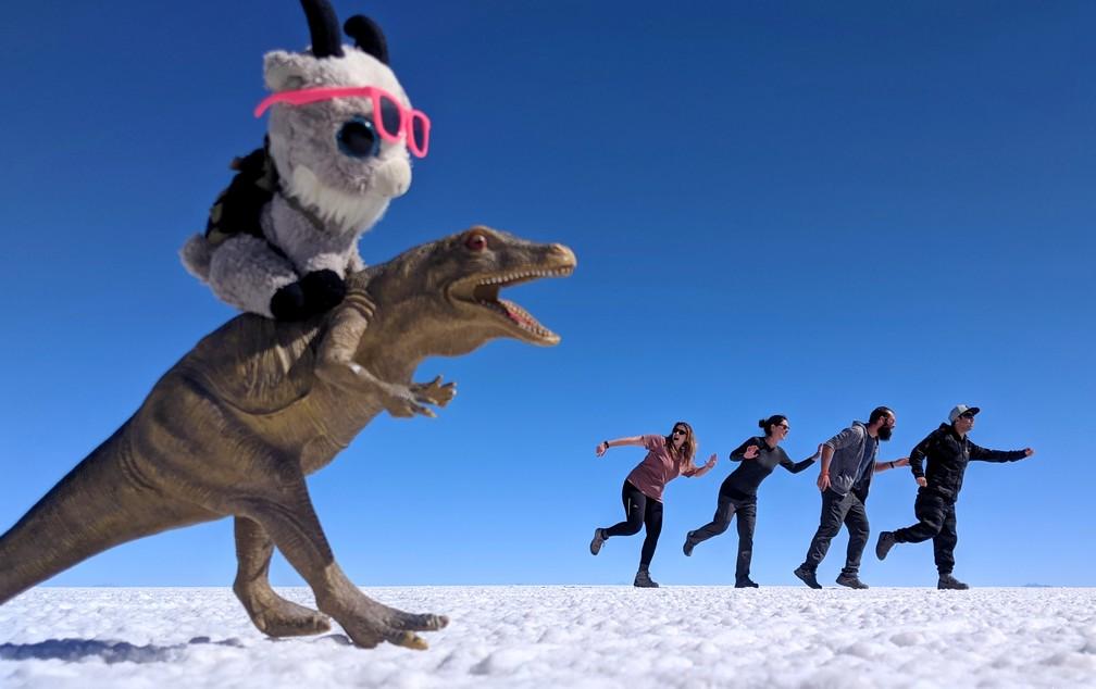 Annika, Salomé, Sylvain et Ricardo fuient le dinosaure dans le salar d'Uyuni