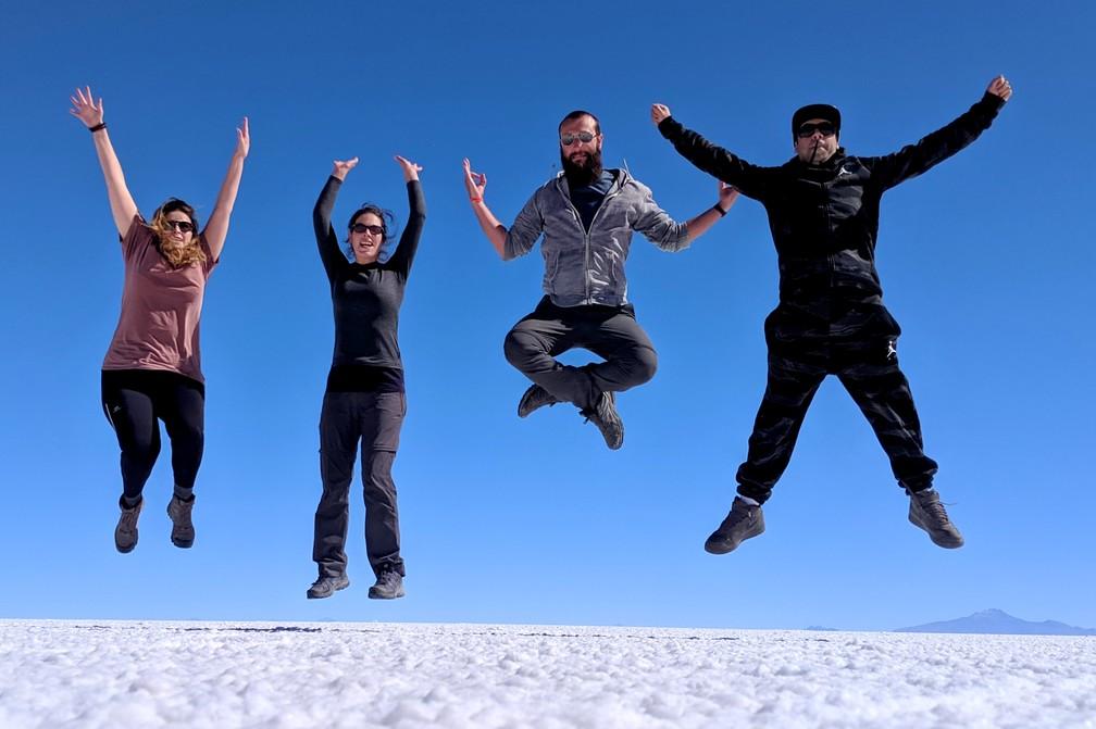 Annika, Salomé, Sylvain et Ricardo sautent dans le salar d'Uyuni