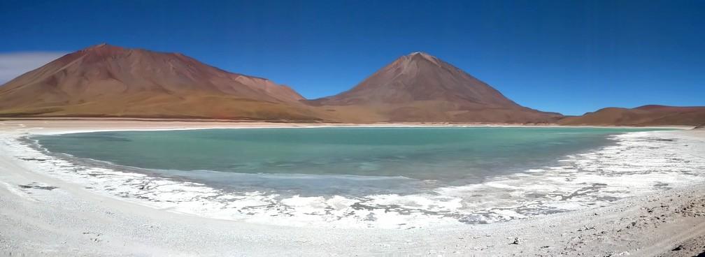 Panorama de la lagune verte avec les montagnes en fond en Bolivie
