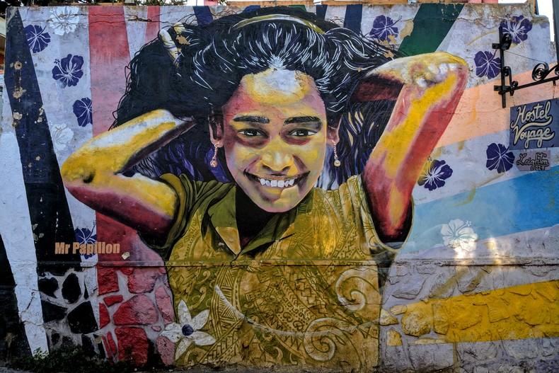 Fresque d'une jeune fille souriante avec les mains dans les cheveux