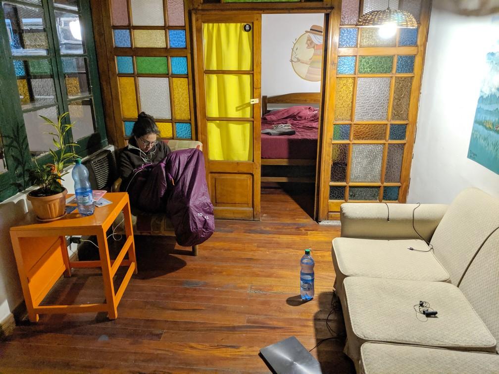 Salomé dans son sac de couchage squatte le salon en chambre de notre chambre à Potosi