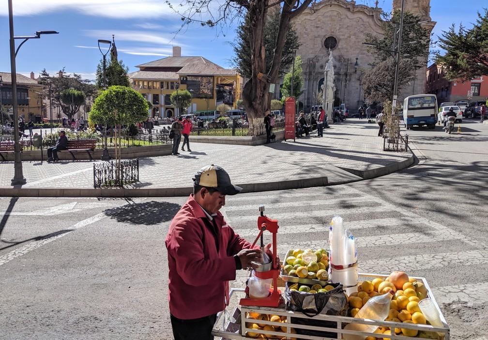 Presseur d'oranges à côté de la Place du 10 novembre à Potosi