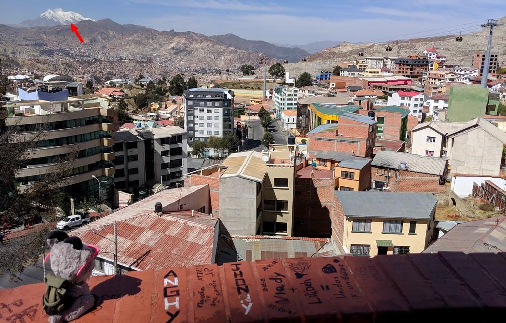 La Biquette regarde le point de vue depuis El Monticulo apercevant au loin la montagne Illimani