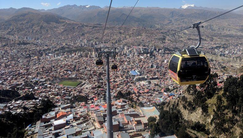 Téléphérique descendant sur La Paz avec une montagne dans le fond