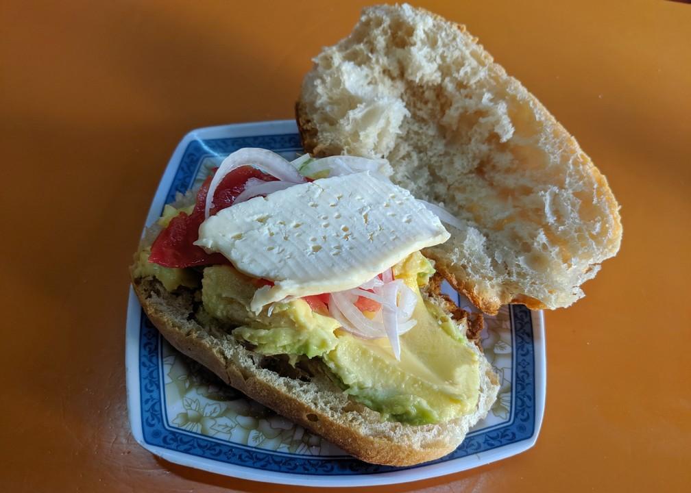 Sandwich à l'avocat et au fromage au marché Lanza de La Paz