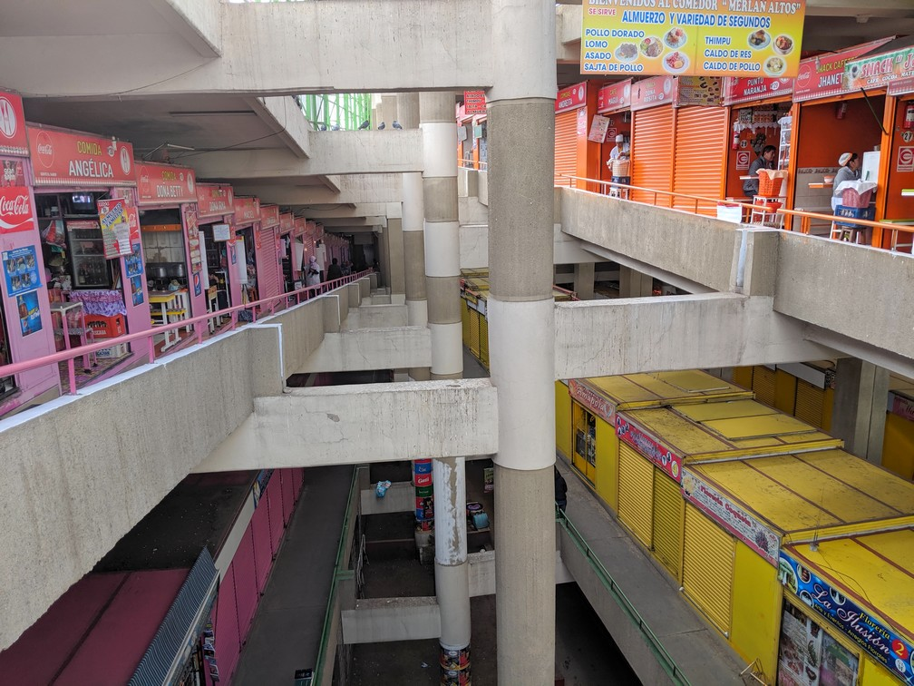 Vue sur les successions d'échoppes sur plusieurs étages au marché Lanza de La Paz