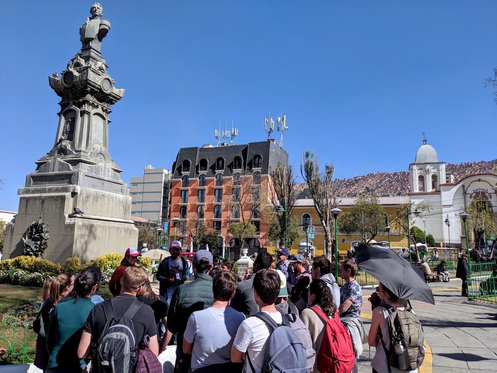 Rassemblement pour le tour Red Cap à la Plaza San Pedro de La Paz
