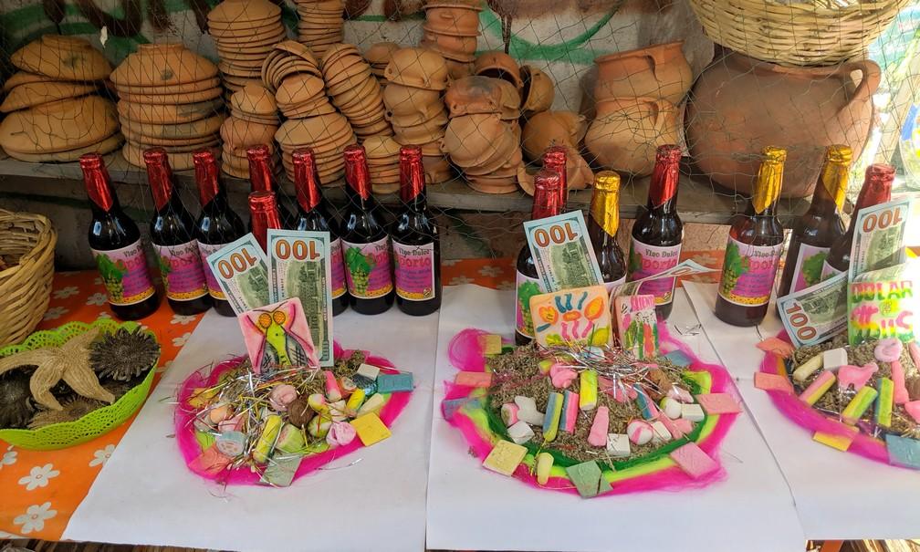 Des sucreries, des bouteilles et des faux billets en vente pour offrande pour Pachamama au marché des sorcières à La Paz