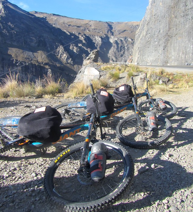 Des VTT et des sacs alignés avant le départ pour la Route de la Mort
