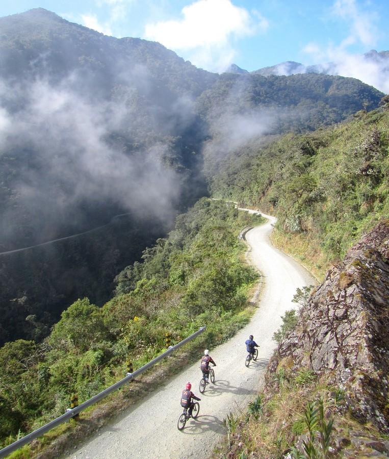 Vue de haut des VTT avançant sur la Route de la Mort