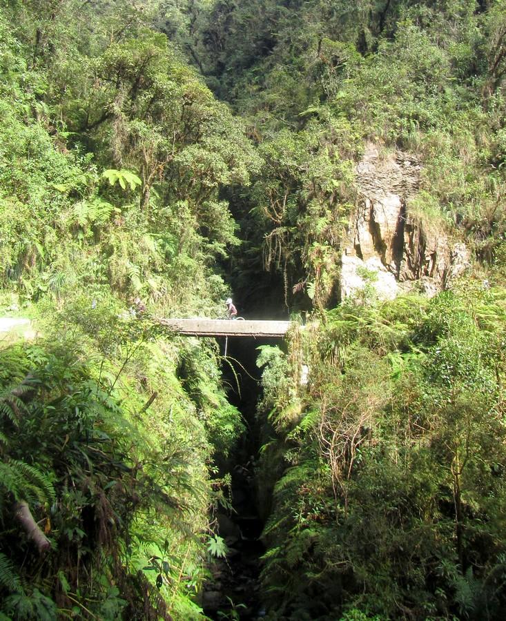 VTT traversant un pont sur la Route de la Mort