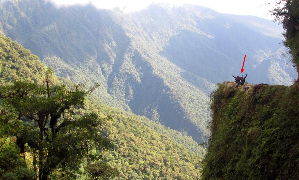 Salomé et Sylvain sont assis au bord d'un précipice sur la Route de la Mort