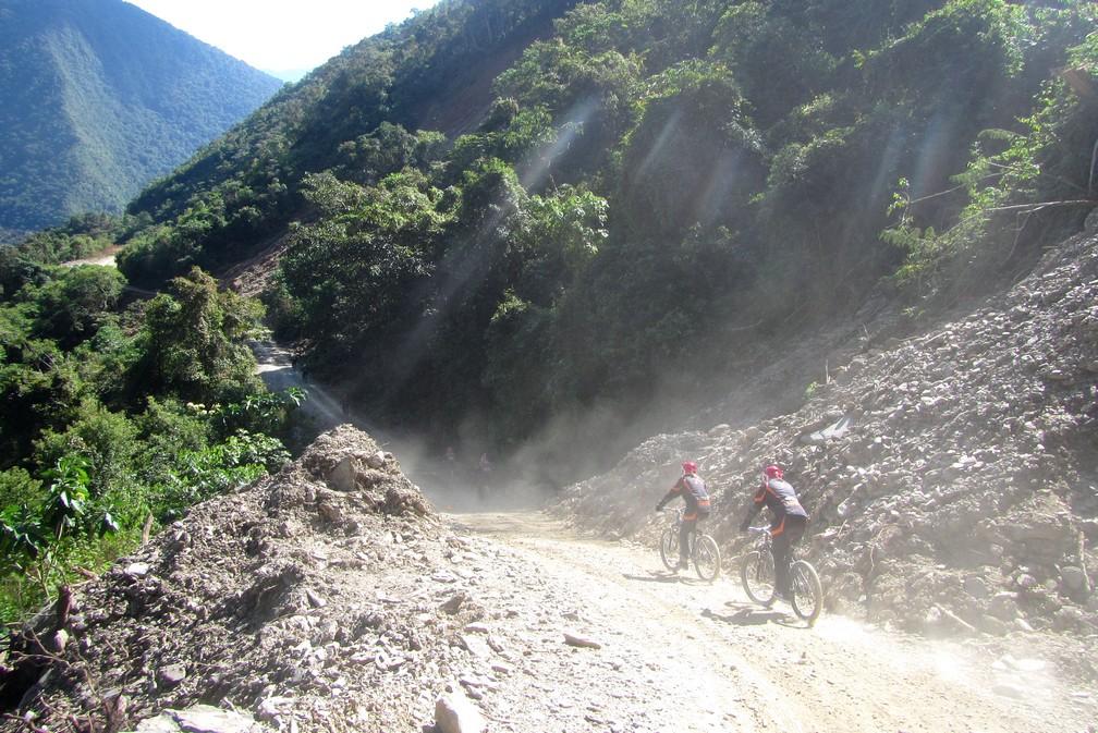 Deux VTT traversent la poussière d'un passage rocailleux sur la Route de la Mort