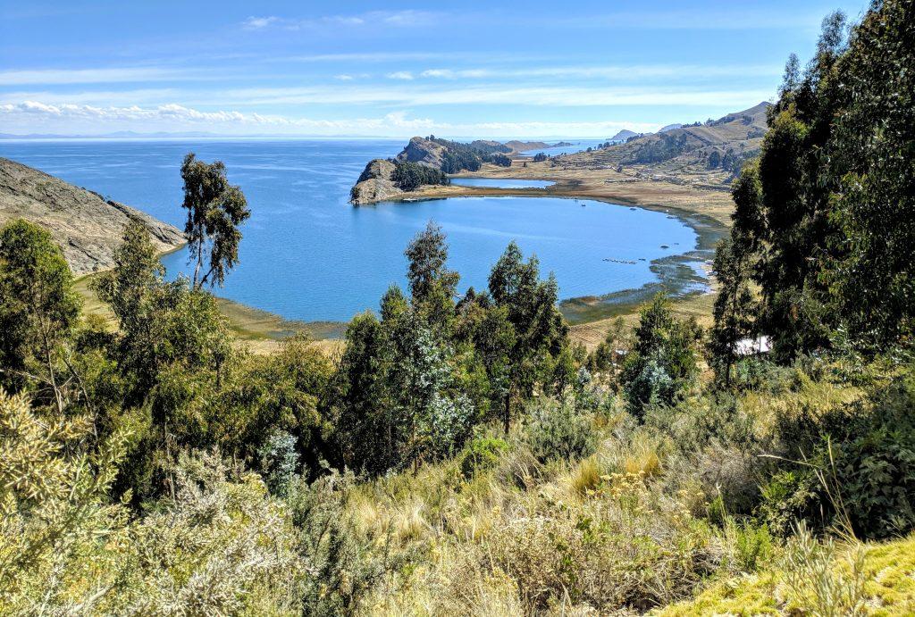 Petite crique sur le lac Titicaca vue depuis la crête