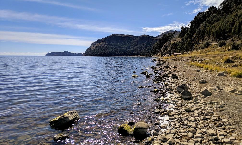 Plage de Galets au bord du lac Titicaca en Bolivie