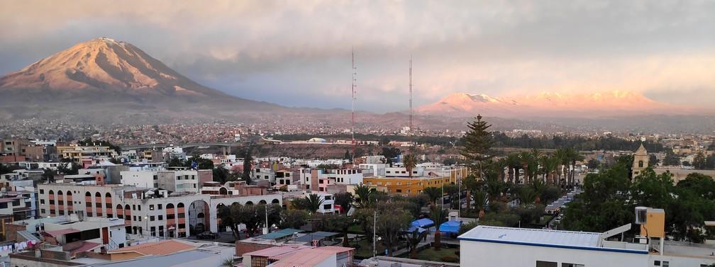 Panorama au coucher de soleil sur Arequipa et le volcan Misti