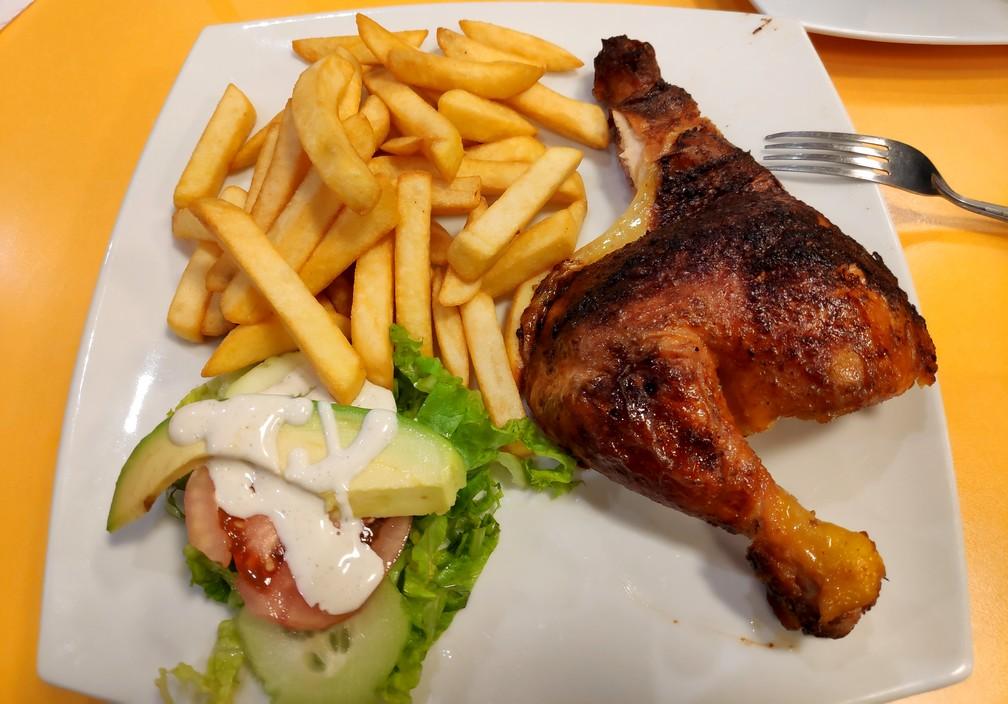 Une cuisse de poulet et des frites chez Top Chicken à Cusco