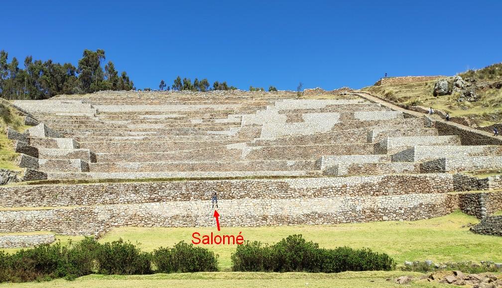 Salomé assise sur les ruines de Chinchero vues d'en bas