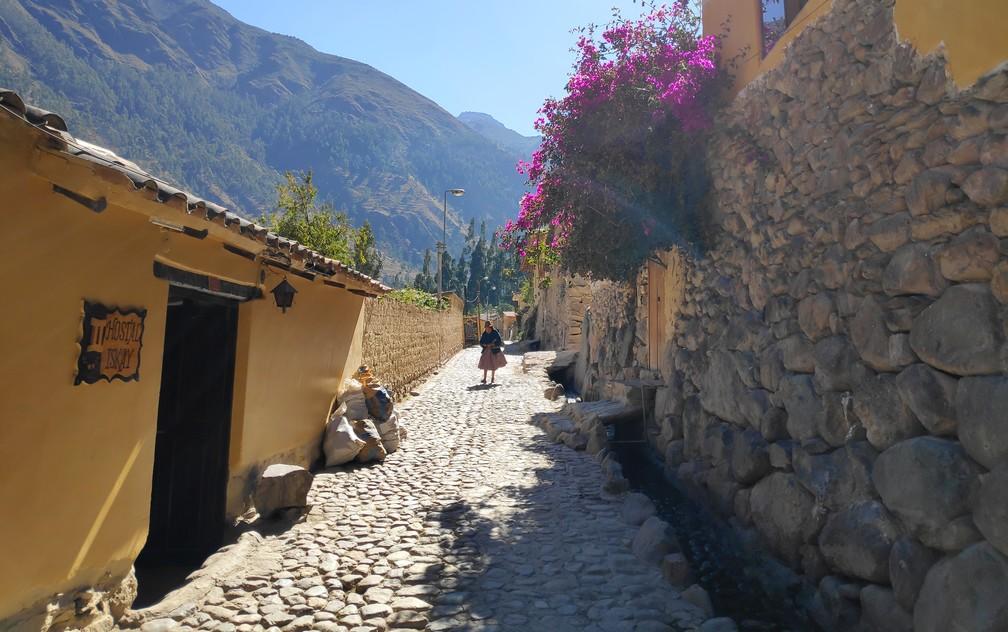 Ruelle pavée typique d'Ollantaytambo dans la vallée sacrée de Cusco