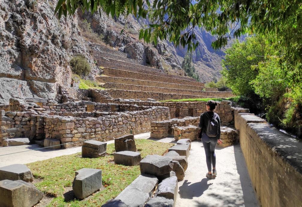 Salomé se balade dans les tuines incas d'Ollantaytambo