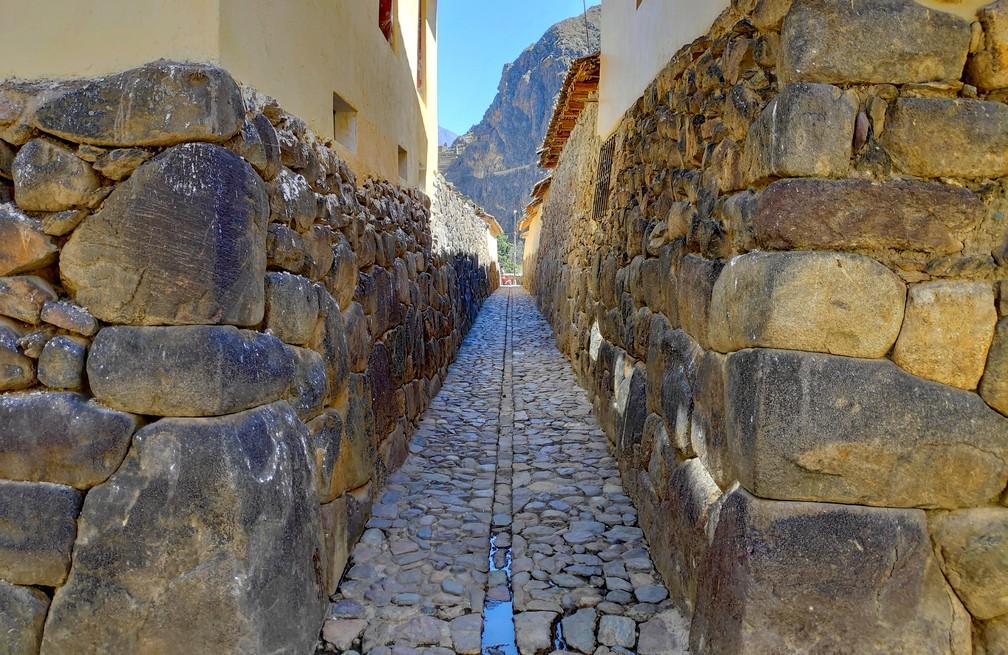 Ruelle typique Inca très étroite munie d'une rigole centrale à Ollantaytambo
