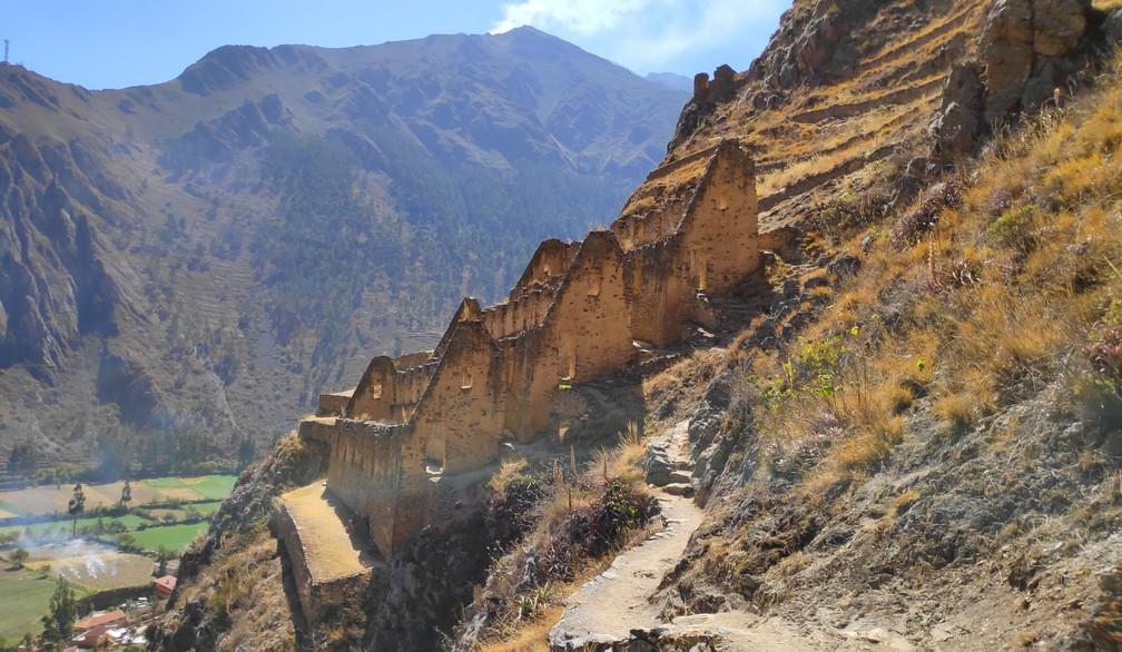 ruines de maisons incas construite à flanc de colline au dessus du village d'Ollantaytambo