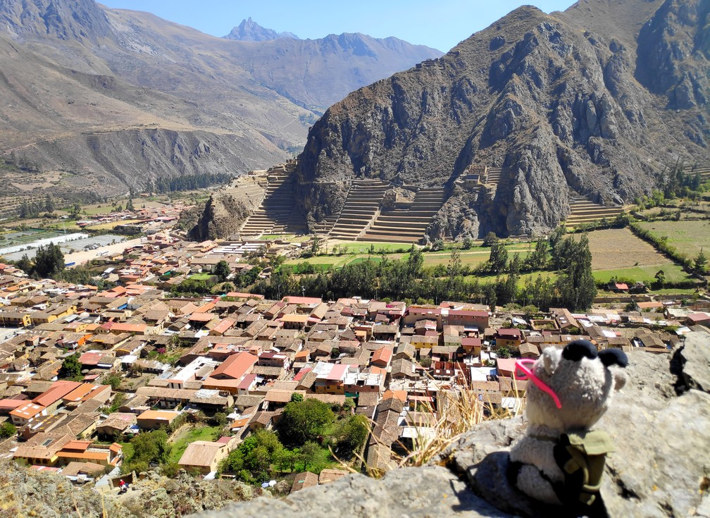 Panorama sur Ollantaytambo et ses vestiges incas vu depuis les ruines des maisons incas