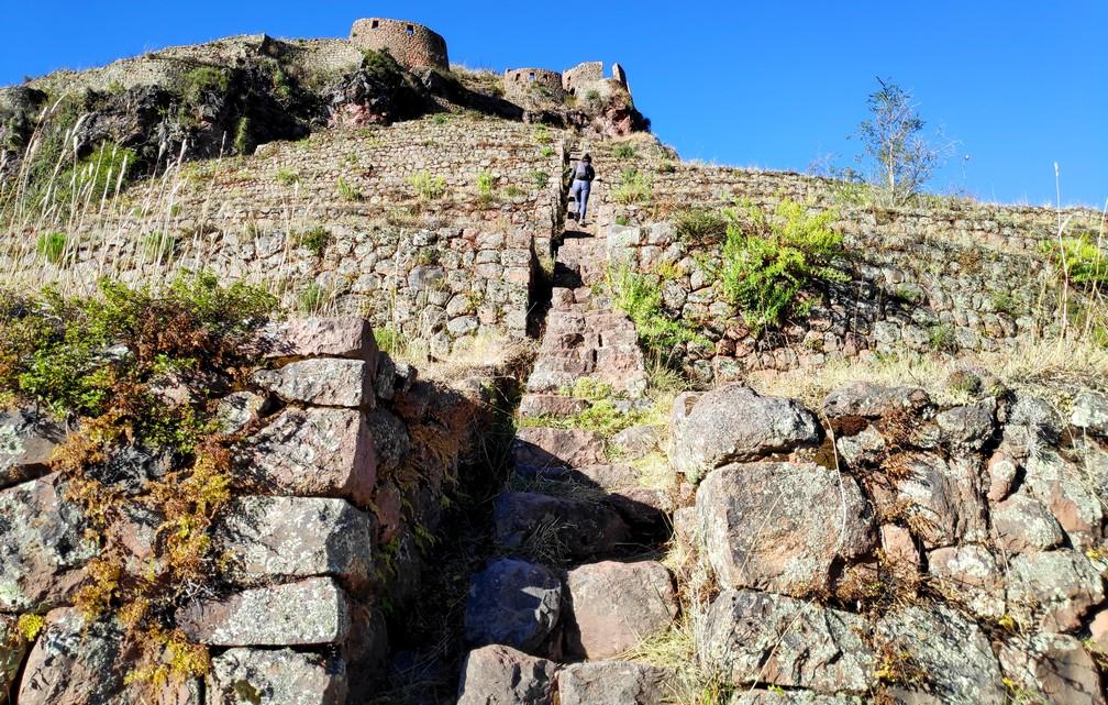 Salomé grimpe les marches des ruines de Pisac