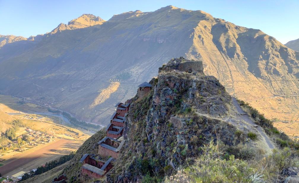 Vue sur les vestiges incas de Pisac avec la montagne en fond